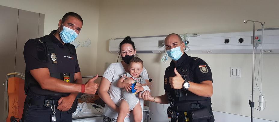 Dos agentes de la Policía Nacional salvan lavida a un bebé de 13 meses en Alcobendas