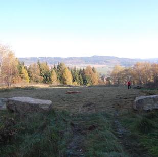 Menhiry připravené na jejich usazení do země - Velký kamenný kruh