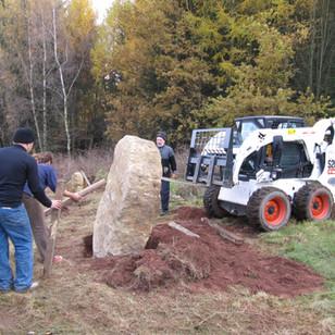Usazování obvodových menhirů u Velkého kamenného kruhu