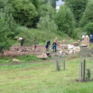 Výstavba labyrintu a kromlechu