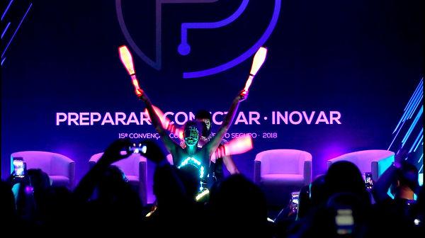show-abertura-malabaristas-luzes-convencao-vendas-sp.jpg