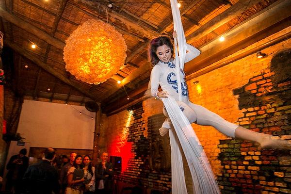 performance-tecido-acrobatico-festa-de-confraternizacao.jpg