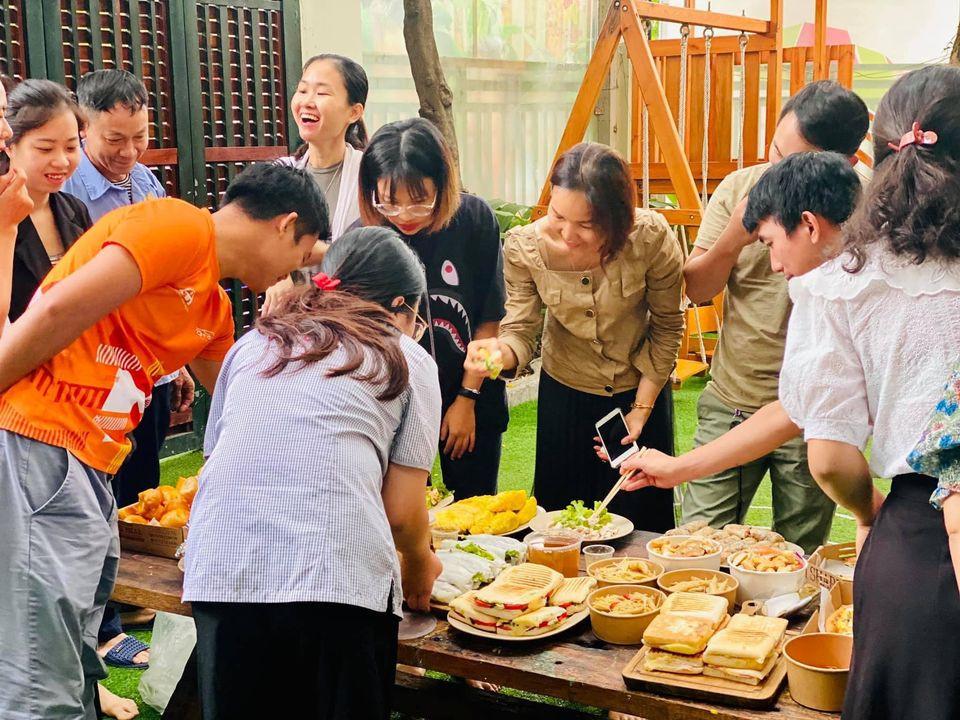 Tất cả các thành viên ME School cùng nhau thưởng thức những món ăn mà ba mẹ chuẩn bị