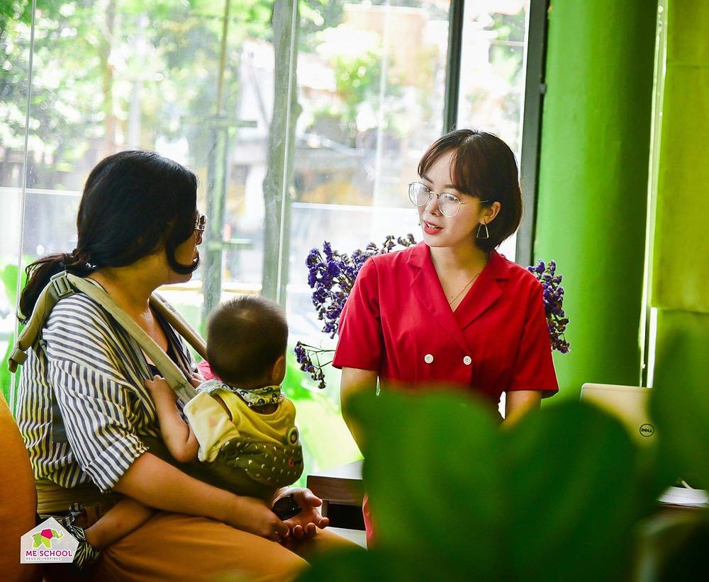 lắng nghe chia sẻ của tư vấn trong việc tìm trường mầm non cho con