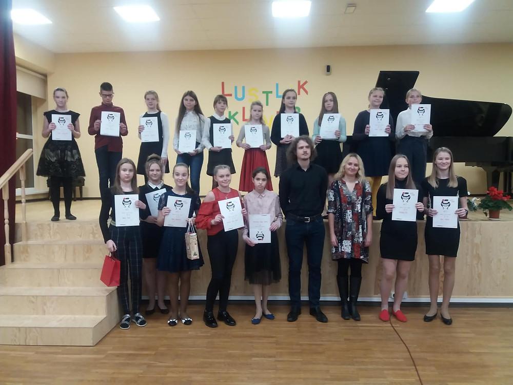 Pildil Sven-Sander Šestakov ja Kertu Täht koos noorte pianistidega.