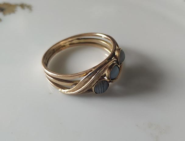טבעת זהב ו-3 אבנים