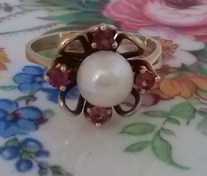 טבעת עם רובי ופנינה