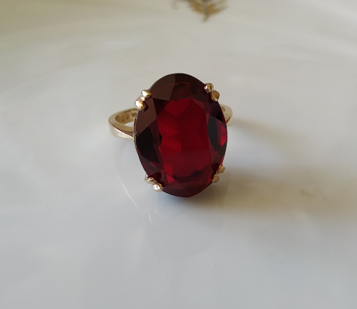 טבעת זהב ואבן אדומה