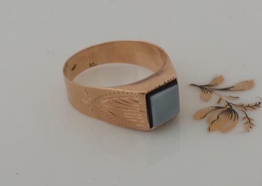 טבעת זהב ואגת שחורה לבנה