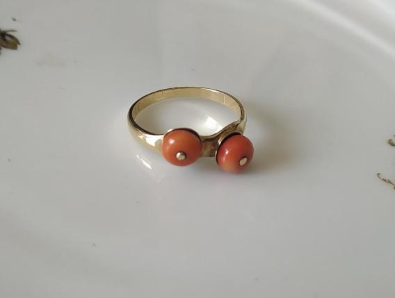 טבעת זהב ושני קורלים