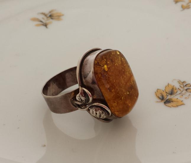 טבעת עלי כסף וענבר