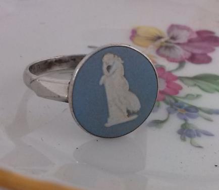 טבעת כסף וקרמיקת ווג'ווד כחולה