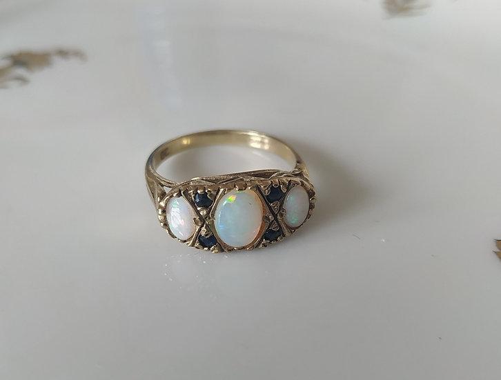 טבעת זהב משובצת אופלים וספירים