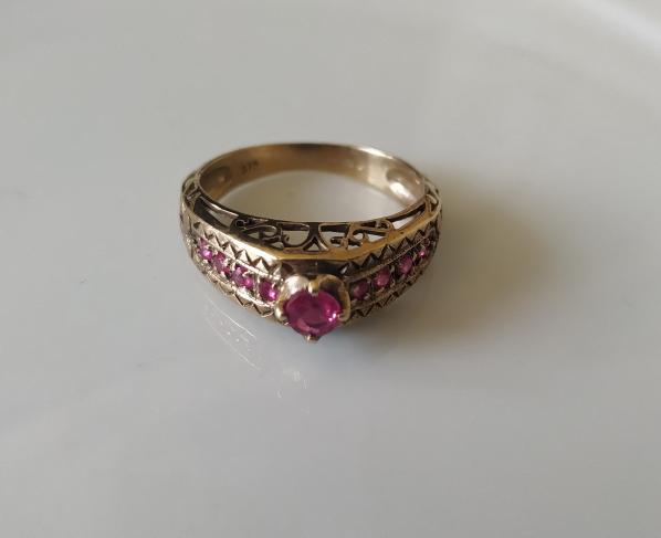 טבעת זהב ו-9 רובי