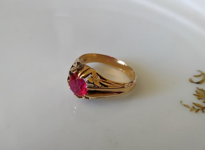 טבעת זהב עם רובי ופרחים