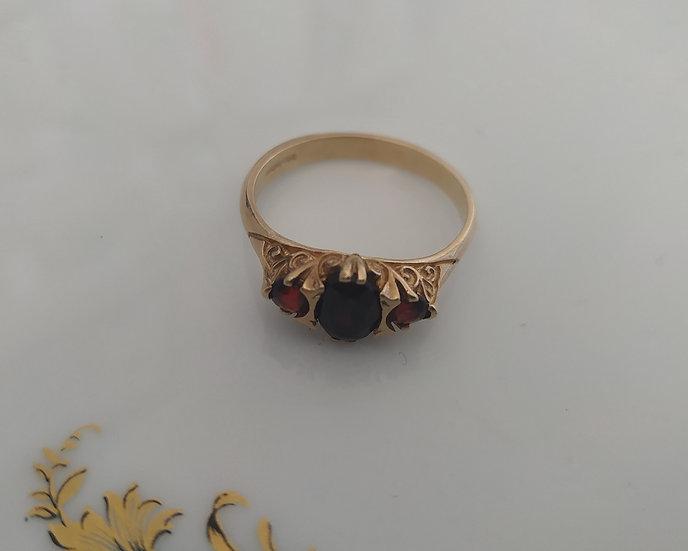 טבעת זהב ו-3 גרנטים