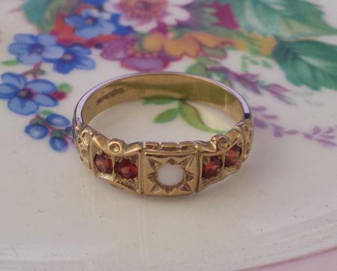 טבעת זהב עם אבנים אדומות ואופל