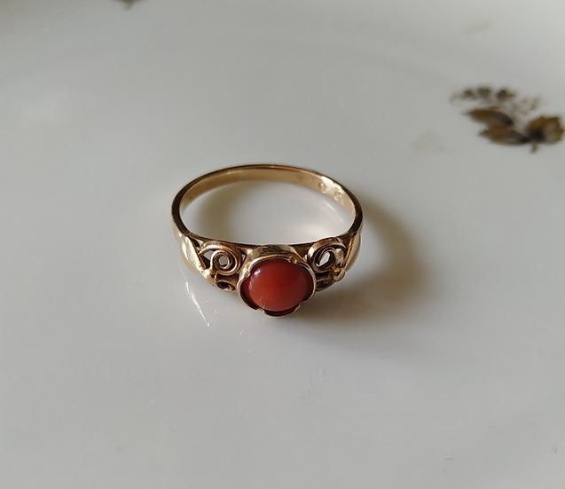 טבעת זהב וקורל קטנה