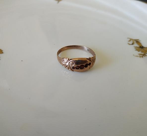טבעת זהב קטנה ו-5 גרנטים