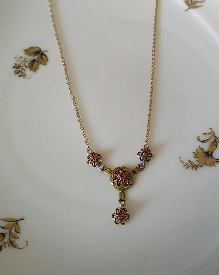 שרשרת זהב ופרחים אבן אדומה