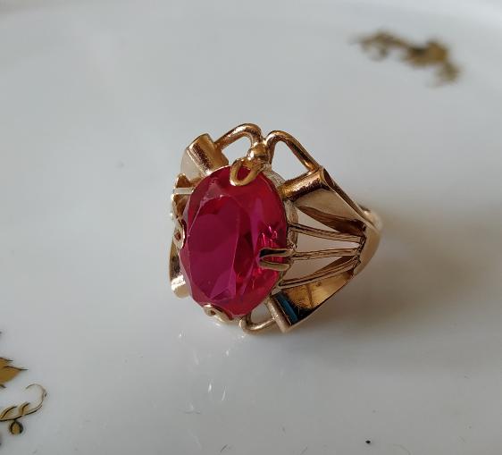 טבעת זהב ורובי אליפטית