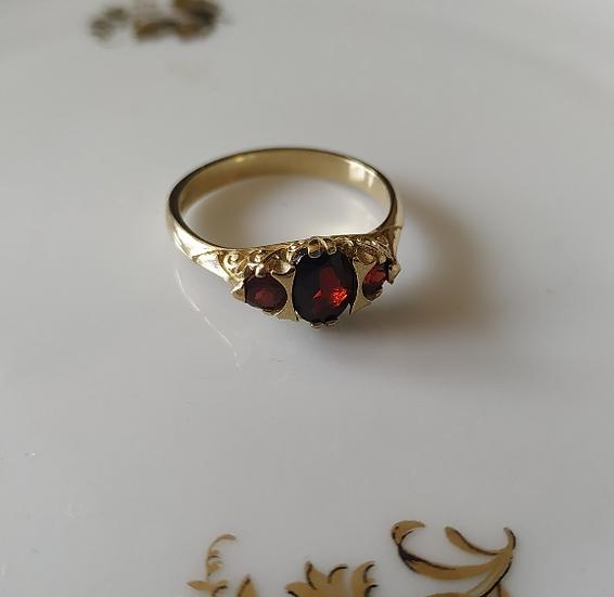 טבעת זהב ושלושה גרנטים