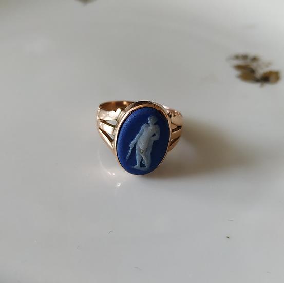 טבעת זהב ופורצלן ווג'ווד