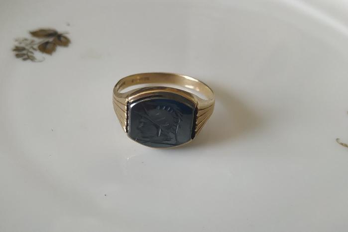 טבעת זהב אינטגליו על אוניקס