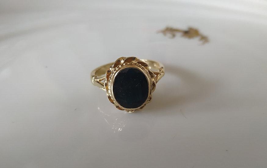 טבעת זהב וספיר אליפטי
