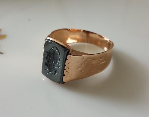 טבעת זהב ואוניקס חרוטה