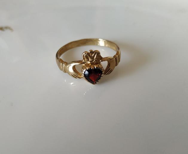 טבעת קלאדה זהב וגרנט