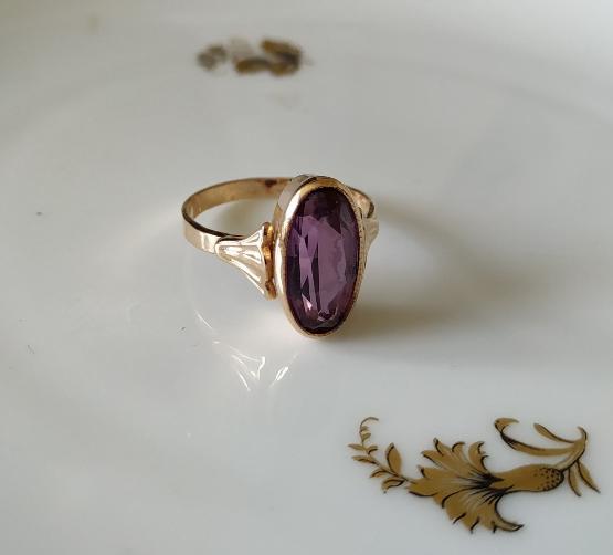 טבעת זהב אליפטית וספיר סגול