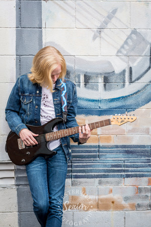 Senior-picture-with-guitar-in-westerville