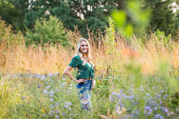 beautiful-senior-girl-flower-field-at-Inniswood-Westerville-park