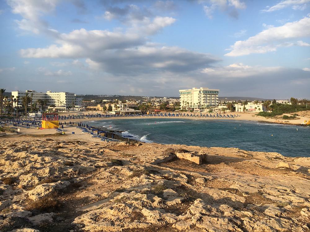 Fru Resglad på Sandy Bay Beach på Cypern