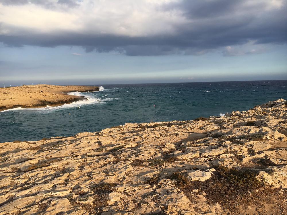 Fru Resglad med havsutsikt på Cypern