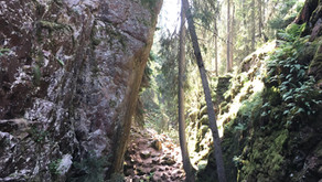 Skurugata - utsikt, branta klippblock och antibiotika