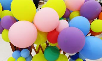 企業のイベントを盛り上げる風船。舞台の飾りやバルーンアートなど見て楽しく貰ってうれしい。イベントに不可欠な様々んな風船を購入できます。