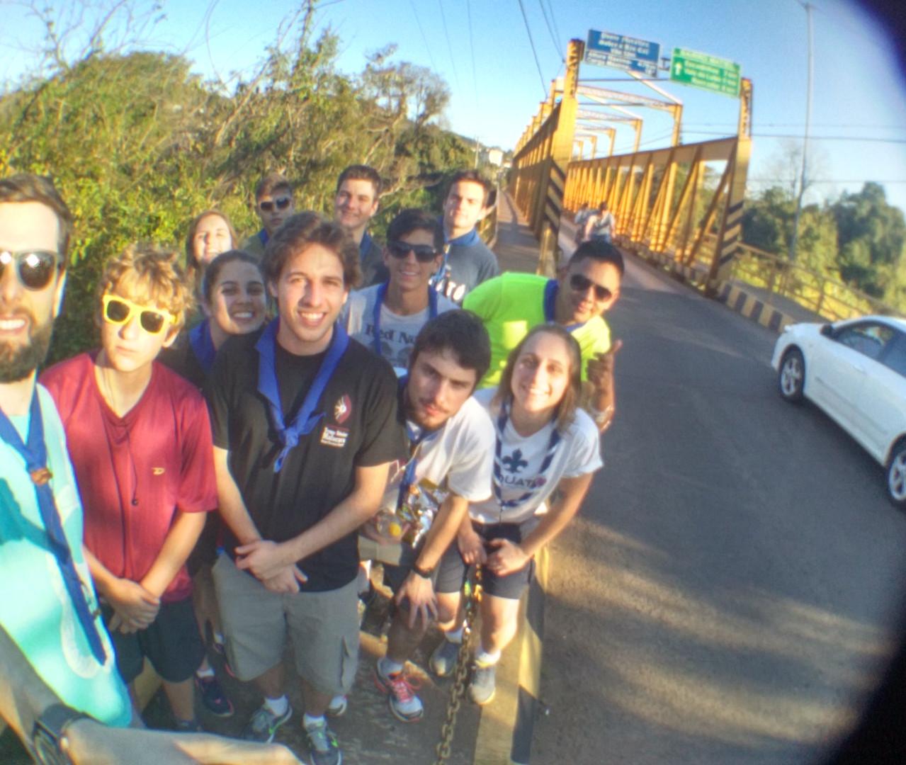 Feliz, atravessando ponte de ferro
