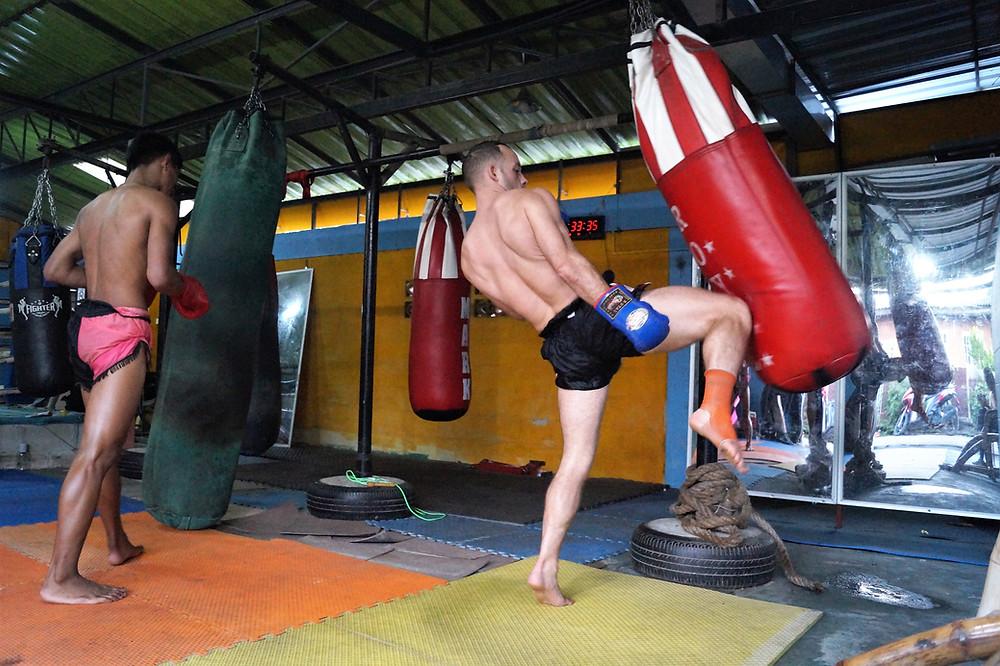 Sor. Chaowalit Muay Thai Camp in Chaing Rai, Thailand. How to knee