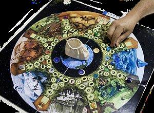 tabuleiro com mão do jogo da carta da terra