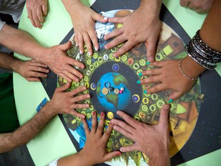 mãos unidas jogo da carta da terra.jpg