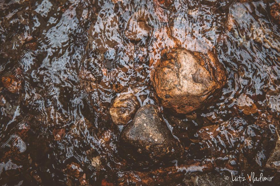 pierre et eau ruisselante