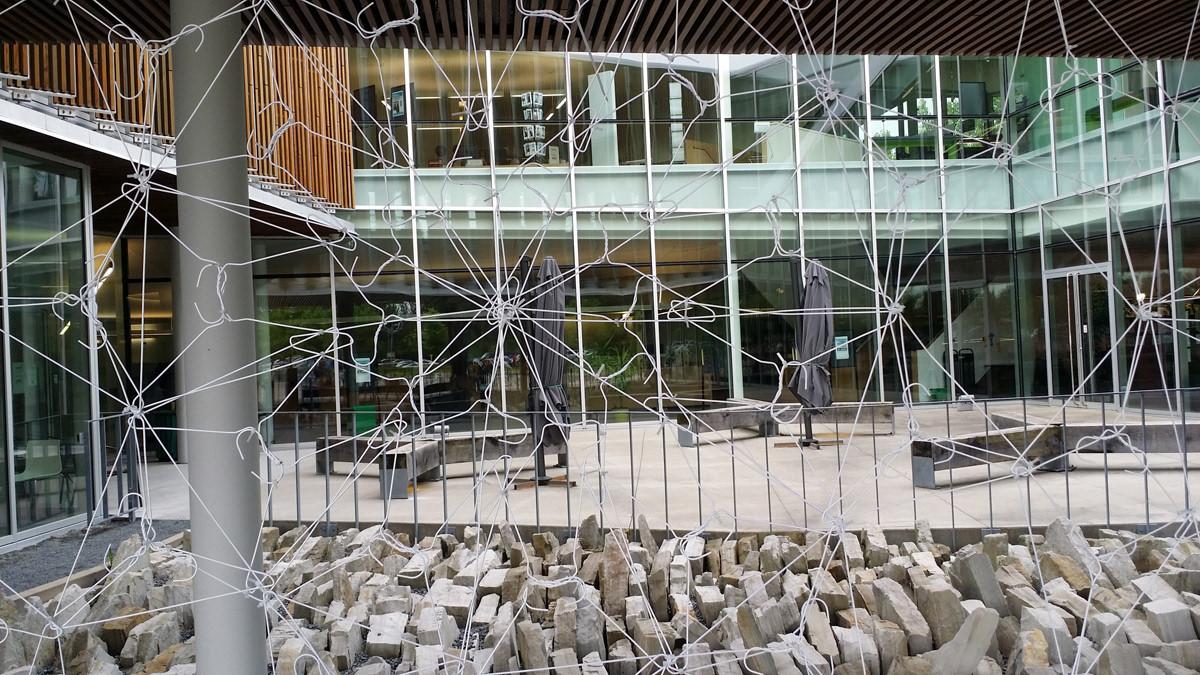 """Détails de l'installation """"Visages sonores"""", cintres métalliques, 2 bornes sonores, bande son 128'. Bibliothèque René Lévesque, St-Hubert, Québec, mai-septembre 2018."""