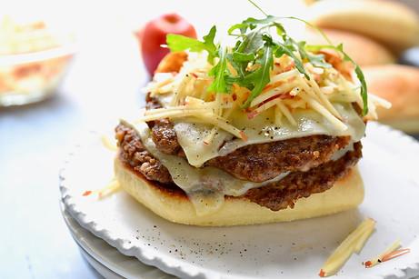Sausage Cheeseburger with Arugula and Apples