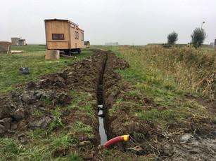 De waterleiding wordt aangelegd