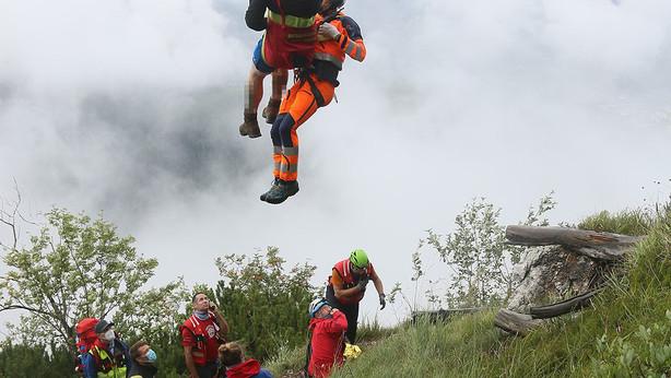 🚨29.08.2020: Christoph 14 fliegt kollabierten Wanderer mit dem Rettungstau durch kurze Wolkenlücke