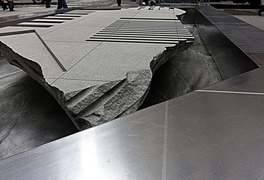 Cracked sidewalk - המדרכה הסדוקה