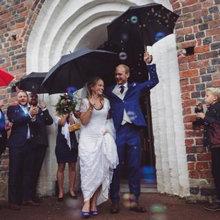 Wedding photo couple portrait rain   Bröllopsfoto brudpar porträtt regn