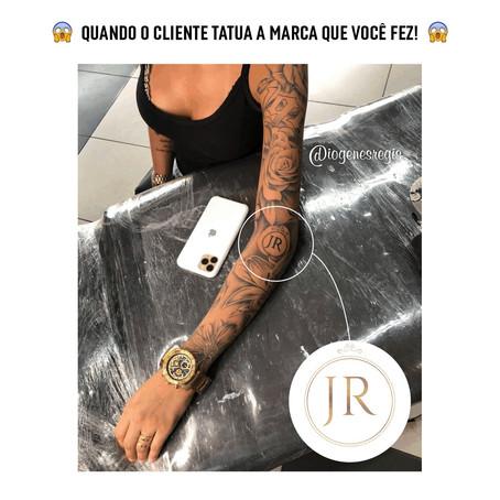 Cliente tatua logotipo no braço